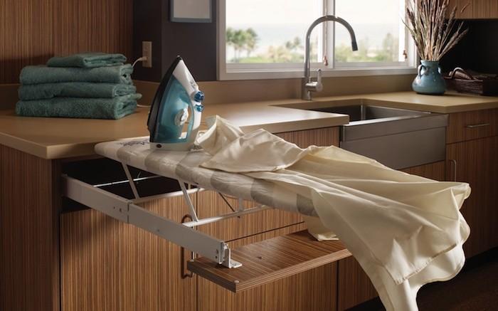 Tabla de planchar en mueble de cocina
